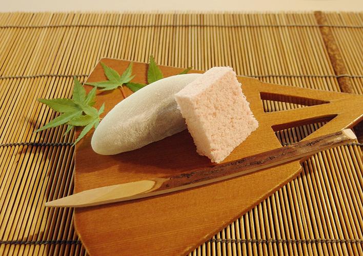 扇型の器に盛られた和菓子