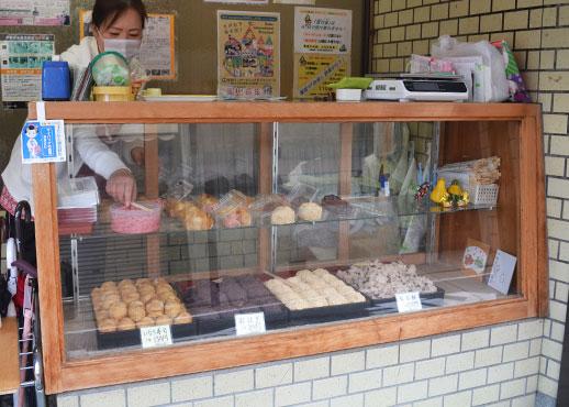 ちから餅食堂店頭は真由美さんの担当