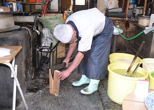 薪を割る入山さん