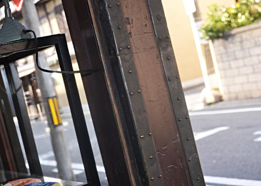 元米穀店の「鎧戸」の鉄枠
