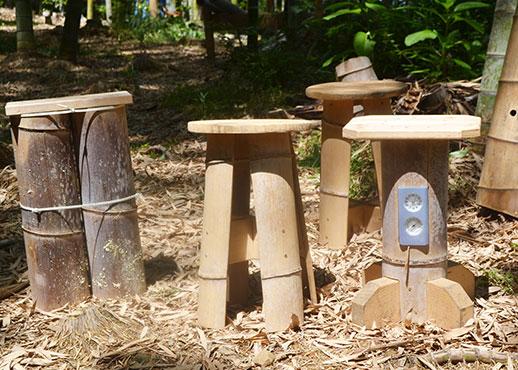 時計が付いたユニークな竹の椅子